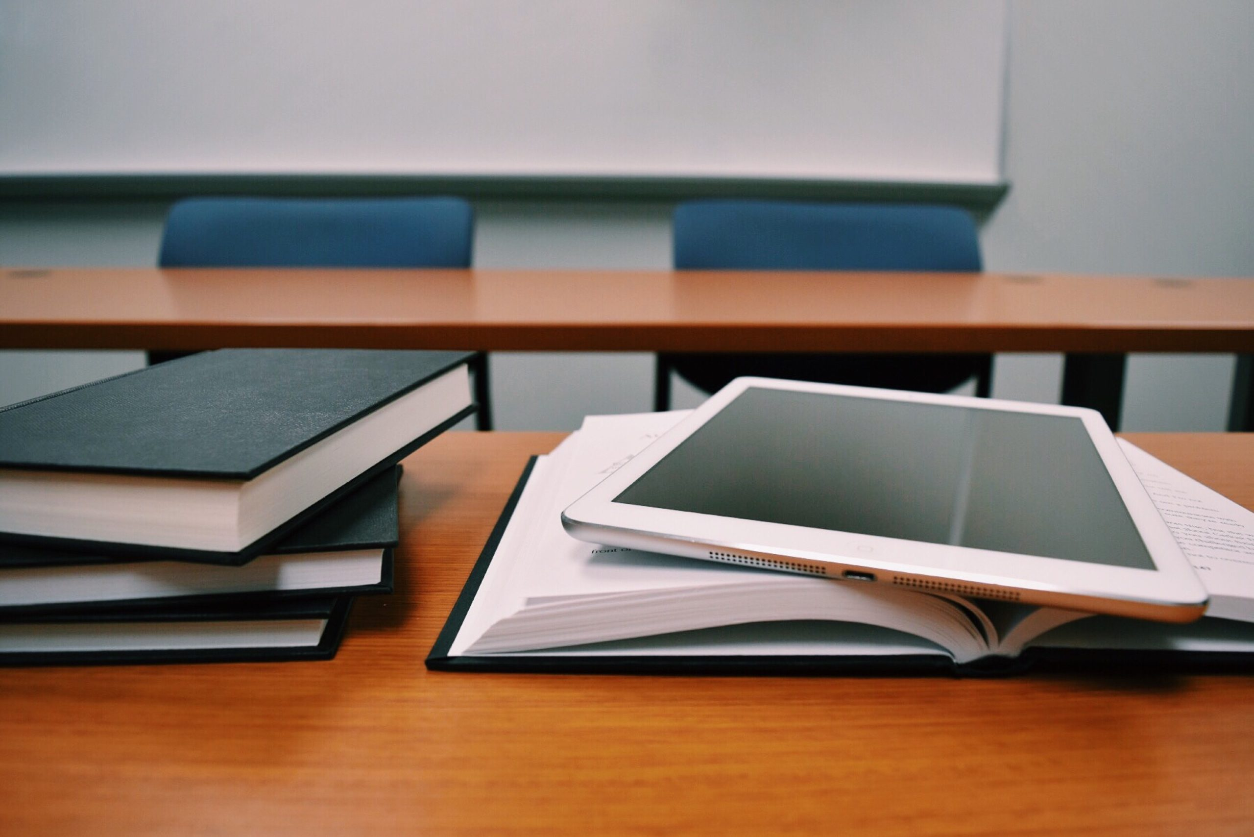 Schulklasse, Tablet und Buch